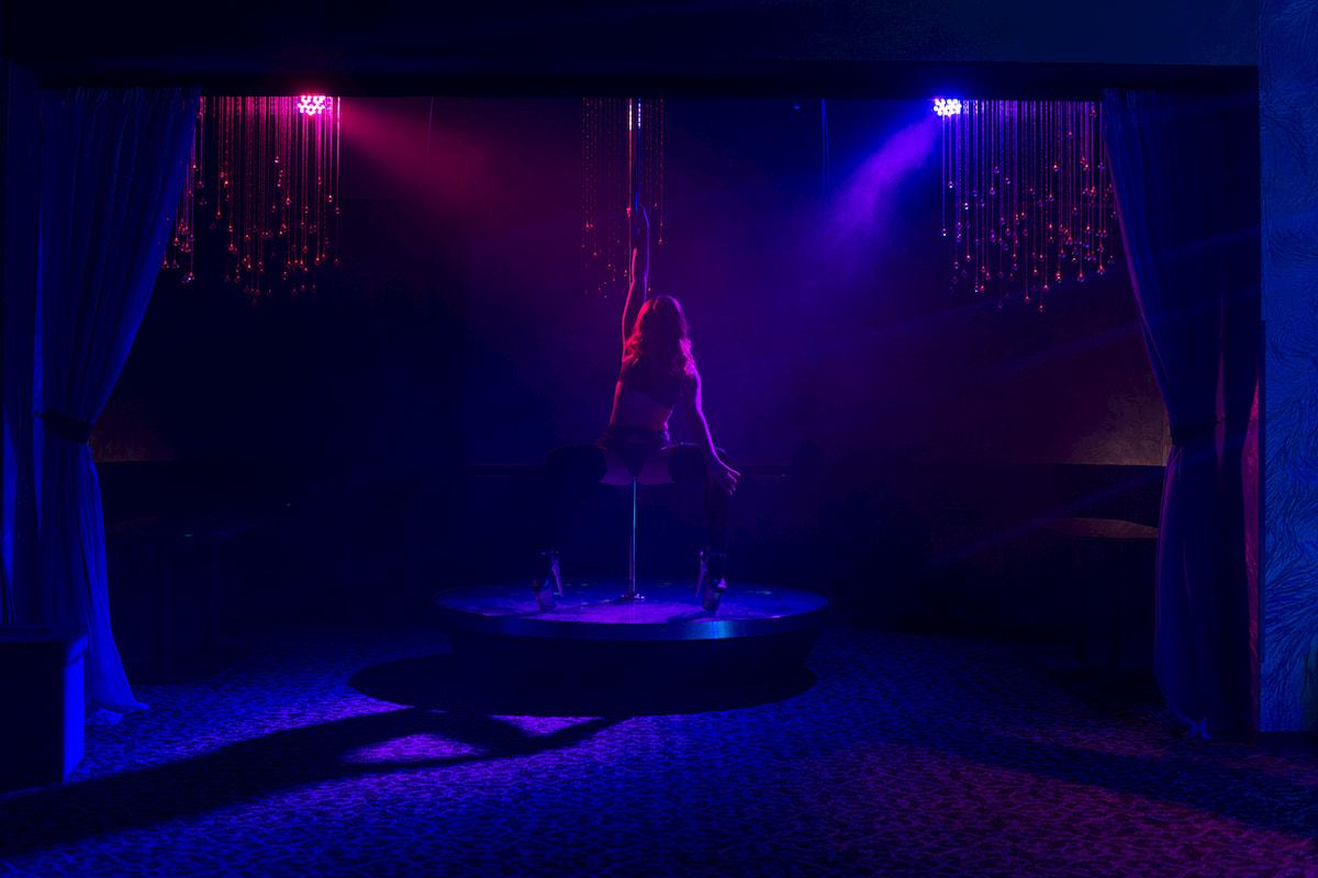 эротический стриптиз в ночном клубе